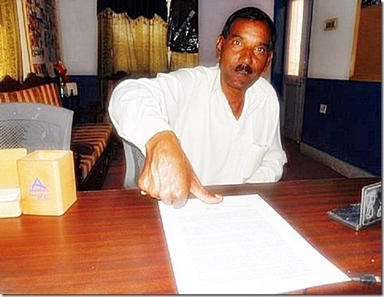 Aashiq Masih signing open letter with thumb (Asia Bibi)