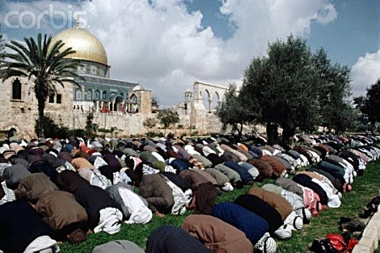Muslims praying on Temple Mount point their behinds to Temple Mount 1