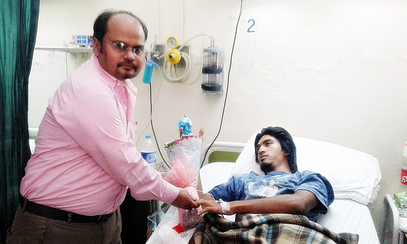 Shamim Masih with a victim of Gulshan-e-Iqbal Park Homicidal Suicide