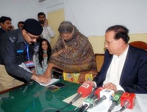 Salmaan Taseer with Asia Bibi being finger printed